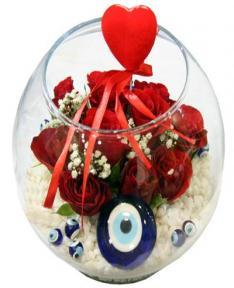 Fanus camda kırmızı güller