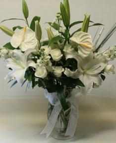 lilyum ve beyaz güllerden sunumu