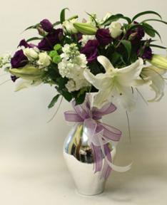 Mor ve Beyaz Güllerle Süslenmiş Lilyum